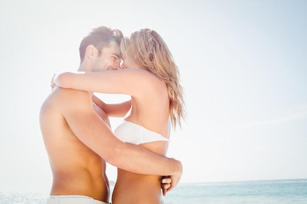 Sorrindo, par jovem, abraçando