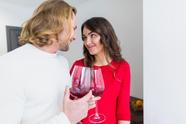 Sorrindo, par jovem, brindar, wineglasses, casa