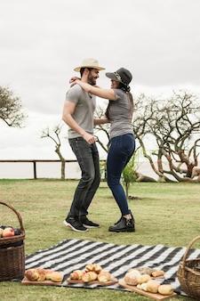 Sorrindo, par jovem, dançar, parque