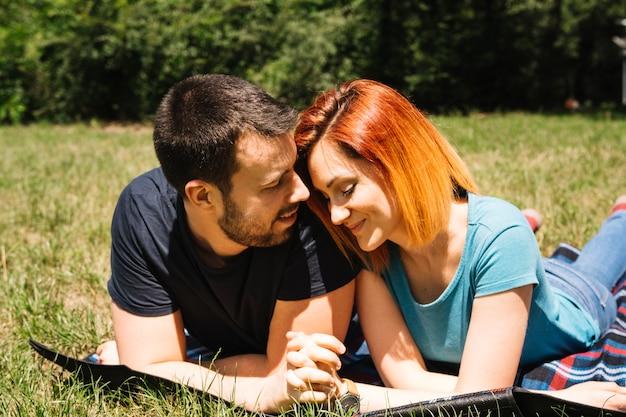Sorrindo, par jovem, desfrutando, parque