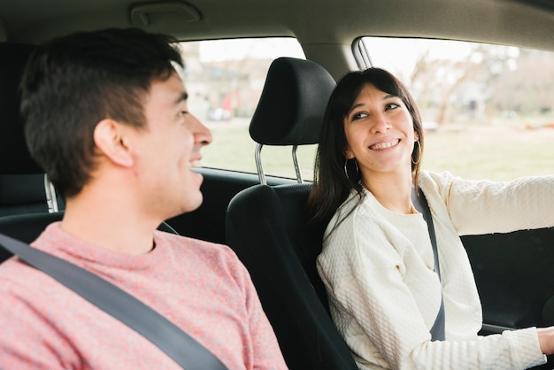 Sorrindo, par jovem, montando, car