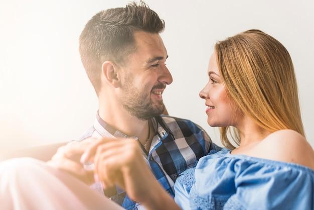 Sorrindo, par, olhando um ao outro