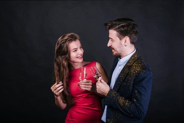 Sorrindo, par, segurando, copos champanha