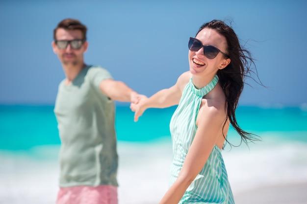 Sorrindo, par, segurando, mãos, praia