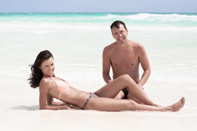Sorrindo, par, sentando praia