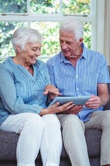 Sorrindo, par velho, usando, tabuleta