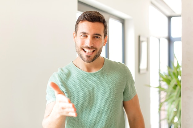 Sorrindo, parecendo feliz, confiante e amigável, oferecendo um aperto de mão para fechar um negócio, cooperando