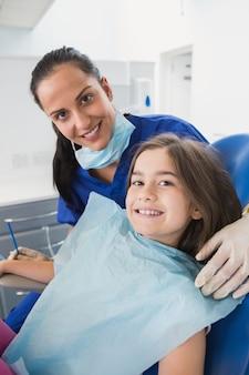 Sorrindo, pediátrico, odontólogo, com, um, cute, jovem, paciente, em, dental, clínica