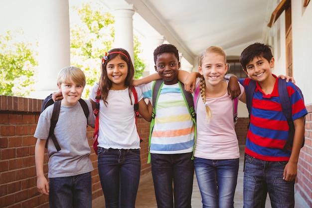 Sorrindo, pequeno, escola, crianças, em, corredor escola