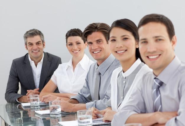 Sorrindo pessoas de negócios multi-étnicas em uma reunião