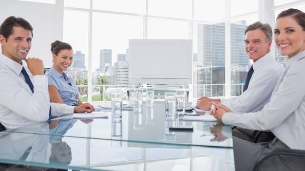 Sorrindo pessoas de negócios na frente de um quadro em branco Foto Premium