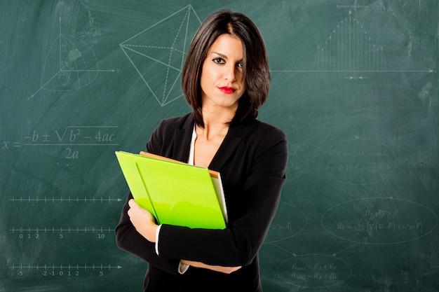 Sorrindo, profissional, professor mulher, ligado, quadro-negro, fundo