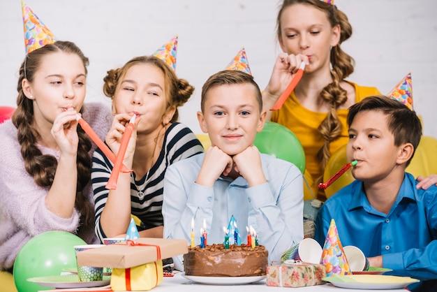 Sorrindo, retrato, de, um, menino adolescente, celebrando, seu, aniversário