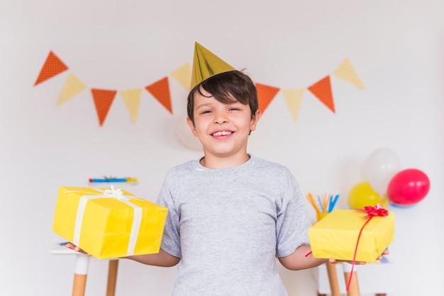 Sorrindo, retrato, de, um, menino, segurando, aniversário apresenta, em, seu, mão
