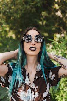 Sorrindo, retrato, de, um, mulher jovem, desgastar, óculos de sol