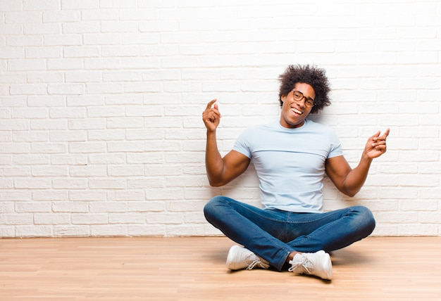 Sorrindo, sentindo-se despreocupado, relaxado e feliz, dançando e ouvindo música, se divertindo em uma festa