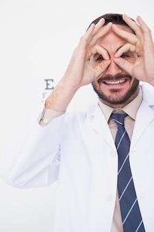 Sorrindo sorrindo óculos com as mãos