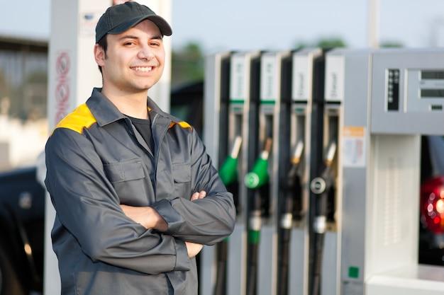 Sorrindo, trabalhador, em, a, posto gasolina