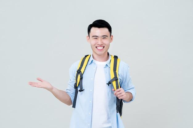 Sorrindo turista masculina fazendo um gesto de palma da mão aberta