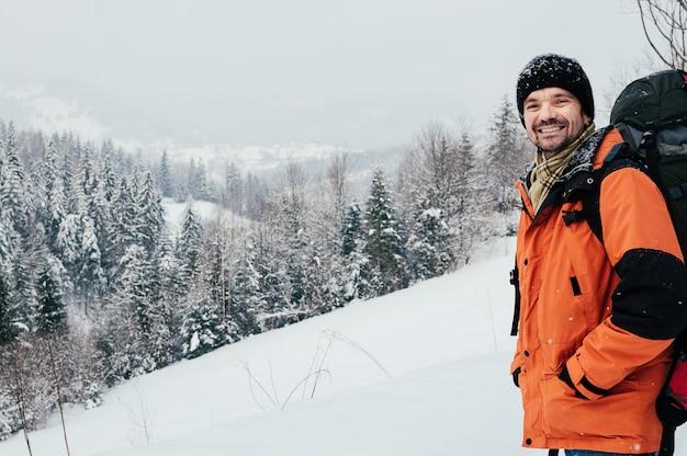 Sorrindo turista paisagem de floresta de montanha de inverno