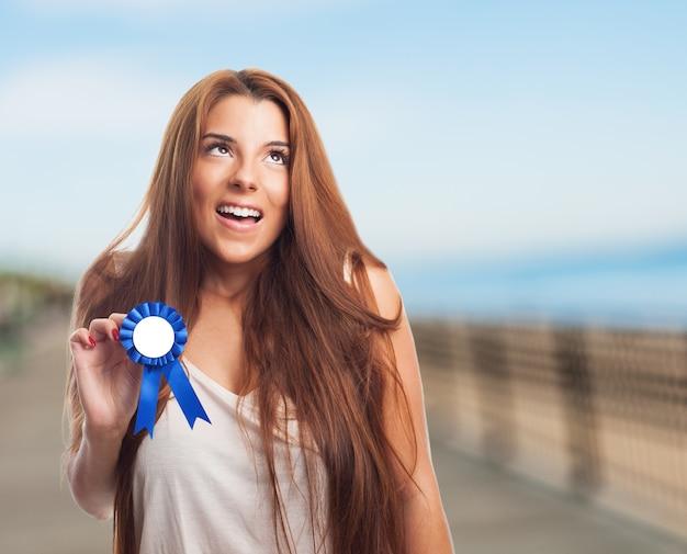Sorrindo vencedor conquista uma vitória orgulhosa