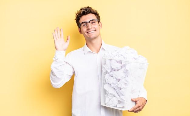 Sorrir com alegria e alegria, acenar com a mão, dar-lhe as boas-vindas e cumprimentá-lo ou dizer adeus. conceito de papel de lixo