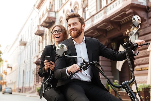 Sorrir elegante casal passeios na moto moderna ao ar livre