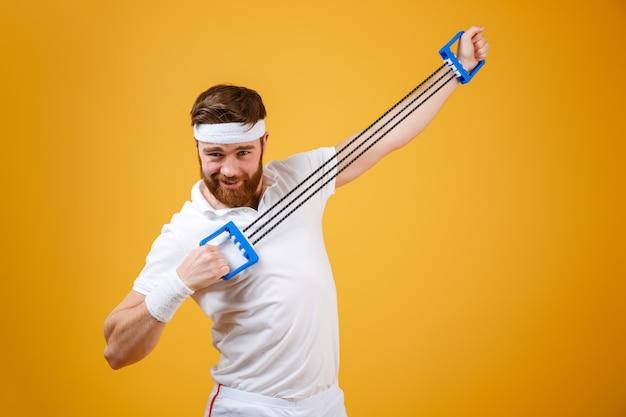 Sorrir jovem desportista fazer exercícios de esporte com equipamento de esporte