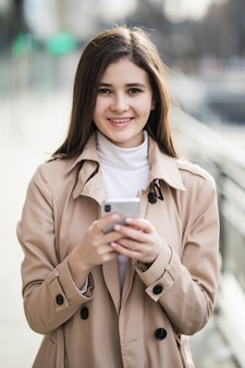 Sorrir modelo muito jovem texto uma mensagem no seu telefone fora