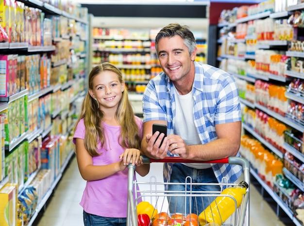 Sorrir pai e filha no supermercado