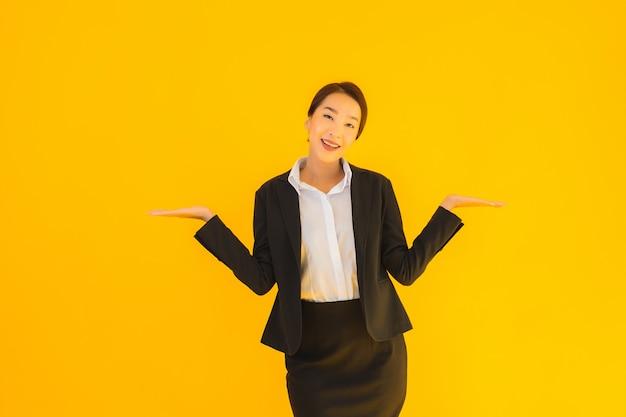 Sorriso bonito da mulher asiática nova do negócio do retrato sorriso feliz