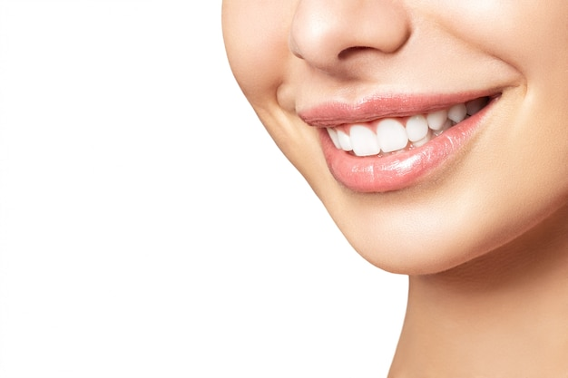 Sorriso bonito feminino após o procedimento de clareamento dos dentes. cuidado dental. conceito de odontologia