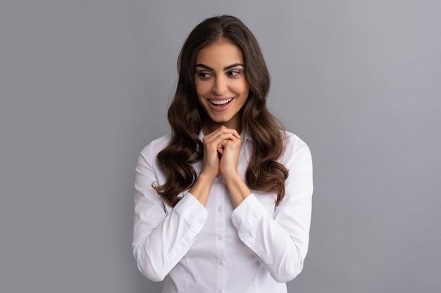 Sorriso de advogado de mulher feliz fazendo fundo cinza de decisão, pense.