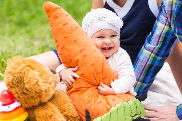 Sorriso de bebê, piquenique, natureza lúdica de fim de semana com a família