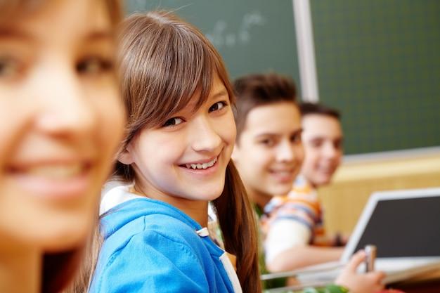 Sorriso de estudantes em uma fileira