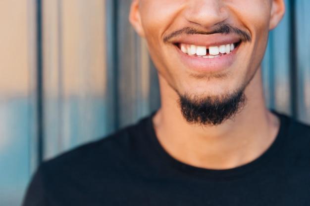 Sorriso de homem étnico com bigode e barba