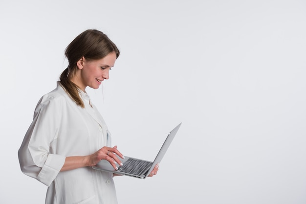 Sorriso de mulher médico espera tablet pc, usando o computador. enfermeira isolado sobre fundo branco