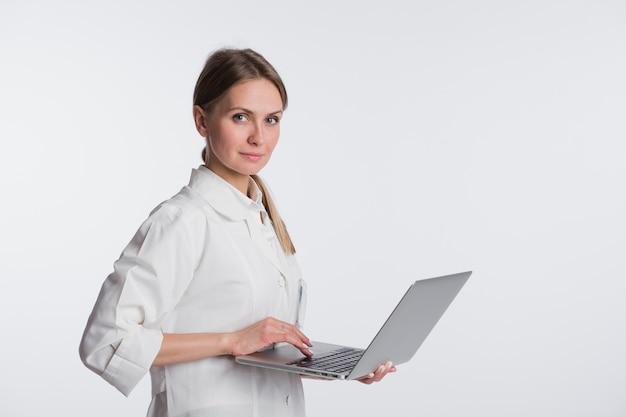 Sorriso de mulher médico segurar o tablet pc, usando o computador. enfermeira isolado