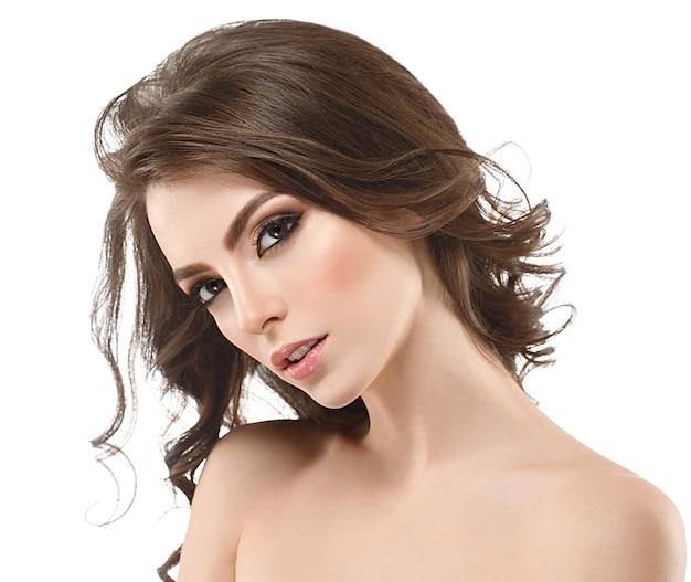 Sorriso de pele de beleza saudável morena linda mulher. spa beautiful model girl cute face com cabelo longo cacheado.