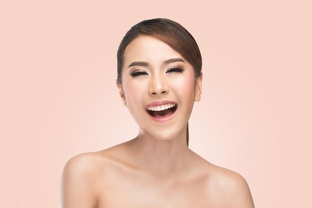 Sorriso de riso do carewoman da pele da beleza feliz e alegre.