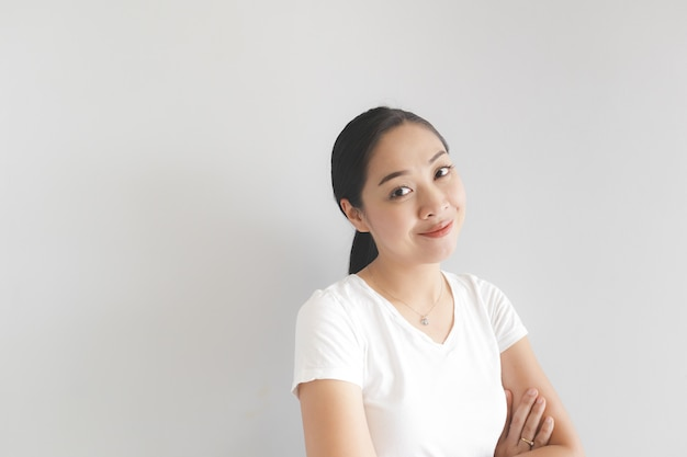 Sorriso e mulher feliz no t-shirt branco. conceito de feliz e pensamento positivo.