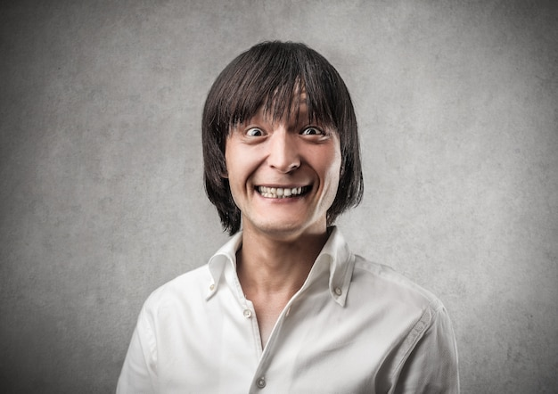 Sorriso engraçado de um homem asiático