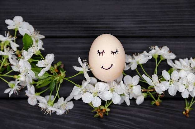 Sorriso engraçado e rosto bonito ovo de páscoa
