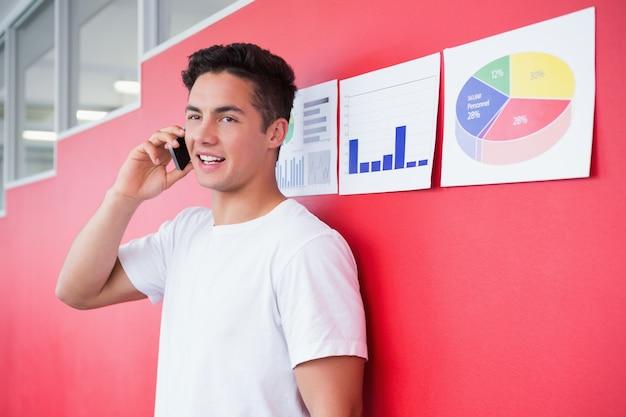 Sorriso estudante no telefone em pé