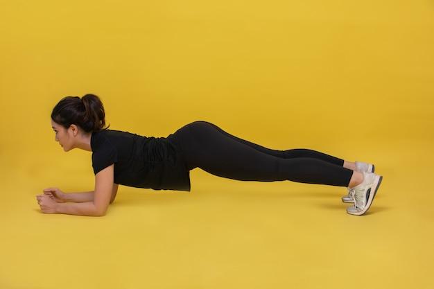 Sorriso feliz belo retrato jovem mulher asiática alongamento exercício e treino de prancha