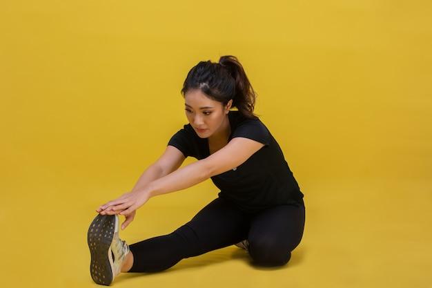 Sorriso feliz belo retrato jovem mulher asiática alongando exercícios