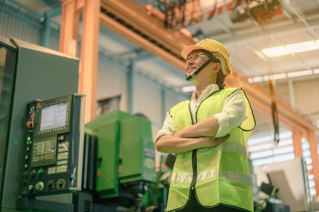 Sorriso mulheres engenheiro técnico na fábrica. fábrica, conceito de trabalho da indústria de trabalho
