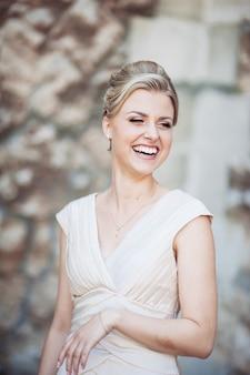 Sorriso perfeito da noiva loira bonita