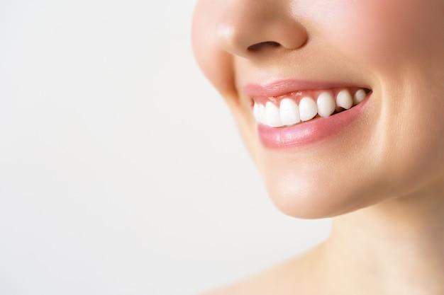 Sorriso perfeito de dentes saudáveis de uma jovem. clareamento dos dentes. paciente da clínica odontológica. a imagem simboliza a odontologia de higiene bucal, estomatologia.