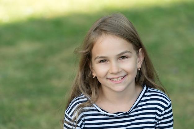 Sorriso que deixa uma impressão duradoura criança feliz sorri verão ao ar livre saúde bucal higiene bucal